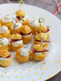 Gougères with duck breast and cheese whipped cream for little festive appetizers ultra festive and quick to make Source by sebaurelouk Tapas, Tea Party Sandwiches, Cocktail Party Food, Good Food, Yummy Food, Healthy Meals To Cook, Party Finger Foods, Christmas Dishes, Sunday Roast