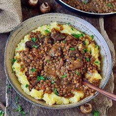 Linsenpfanne mit fluffigem Kartoffelpüree. Dieses einfache Rezept ist vegan, glutenfrei, getreidefrei und die perfekte Hausmannskost.