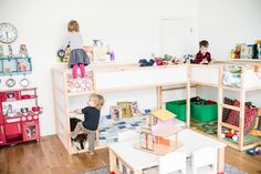 shared-kids-room-concept-design-l-shape-wooden-bunk-bed-big-motive-pillows-green-toy-basket-white-table-mini-chairs-red-mini-kitchen-rounded-wall-clock-wooden-plank-flooring-shared-kids-room-ideas-ki-936x625.jpg (936×625)