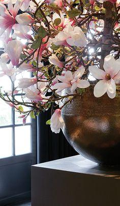 Robuuste vazen decoreren de trouwzalen van Mereveld. De bloemen staan mooi op iedere trouwreportage! #Mereveld Utrecht in TOP 5 populairste trouwlocaties van Nederland!