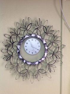 Reloj decorado con rollitos de servilletas y papel de baño!