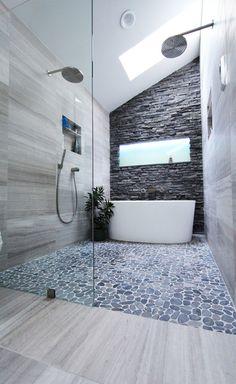 Multitude de matériaux utilisés dans cette salle de bain au design moderne