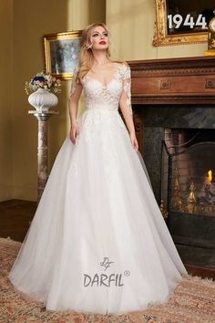 Sleeveless and backless lace princess wedding dress. The illusion lace which creates a tattoo effect on the arms meets the ample skirt, thus thinning the waistline. Princess Style, Princess Wedding, Wedding Bride, Lace Ball Gowns, Backless, Flowy Skirt, Formal Dresses, Wedding Dresses, Floral Lace
