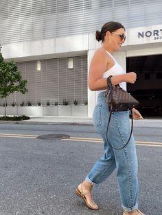 May 2020 - This Pin was discovered by Julia Marie B Casual Chic Outfits, Chic Summer Outfits, Jeans Outfit Summer, Summer Outfits For Teens, Fashion Outfits, Look Plus Size, Curvy Girl Outfits, Streetwear, Fashion Black