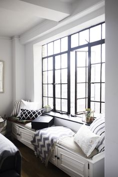 Creep on cool apartments in NYC the legal way! With MR Apartments. This week, it's the one-bedroom home of The 12ish Style's Katie Sturino.