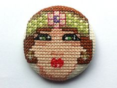 0 point de croix - cross stitch 1920s lady portrait on a button