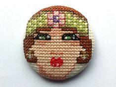 0 point de croix - cross stitch 1920s lady portrait on a button