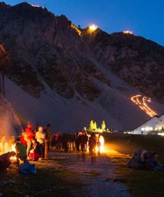 Sonnwendfeier auf der Innsbrucker Nordkette, © Innsbrucker Nordkettenbahnen Painting, Art, Travel, Art Background, Painting Art, Paintings, Kunst, Drawings, Art Education