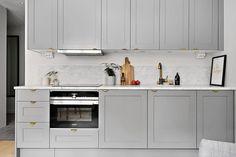 Bucătărie deschisă și tonuri de gri în decorul unei garsoniere de 24 m² Jurnal de design interior
