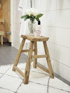 Kylpyhuoneeseen vanha penkki Bathroom details | INSPIRED BY LOVE