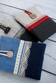 Apple iPad mini Case Sleeve Cover/ linen by sandrastju on EtsyEasy sew bag for iPads and tabletsLove the bag details.Obaly na laptop Sewing Hacks, Sewing Tutorials, Sewing Patterns, Fabric Crafts, Sewing Crafts, Sewing Projects, Capas Kindle, Pochette Portable, Denim Crafts
