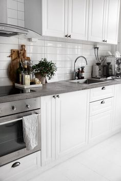 Overall white, rough concrete and steel Interior Design Videos, Grey Interior Design, Bathroom Interior Design, Kitchen Interior, Interior Design Living Room, Interior Decorating, Small Galley Kitchens, Home Kitchens, Kitchen Dining