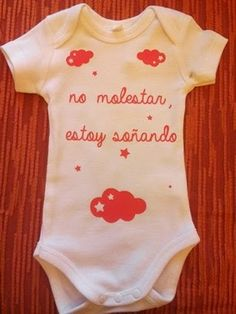 "FIELTROSITAS: BODY BEBE ""NO MOLESTAR, ESTOY SOÑANDO"" Little Presents, Baby Presents, Baby Comforter, Baby Body, Baby Cats, Babys, Screen Printing, Onesies, Maternity"