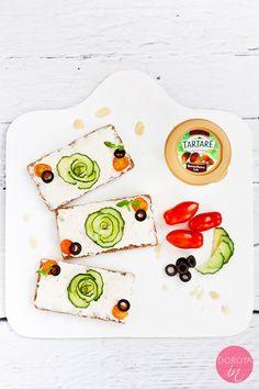 Róża z ogórka w kilku prostych krokach. Piękna, łatwa i szybka dekoracja kanapek i sałatek oraz talerza.  http://dorota.in/roza-z-ogorka/  #food #kuchnia #przepis #dekoracje