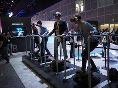 筆者のスケートボード歴は、人に言いづらい程度には長いのだが、それでも手すりから手を離せなかった。仮想現実世界で経験する方向感覚の喪失のせいにしておこうと思うが、単純にE3のにぎわいの中でスケートボードシミュレーターから無様に落っこちる不安があったせいもあるだろう。 この展示は、SamsungのGear VRヘッド..