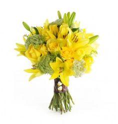 Bouquet de rosas, lírios amarelos e flor de cenoura