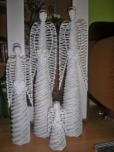 Angel Crafts, Xmas Crafts, Crafts To Do, Newspaper Basket, Newspaper Crafts, Paper Weaving, Weaving Art, Willow Weaving, Basket Weaving