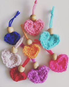 Mini hartjes haken: een beetje liefde creëren in vijf minuten. Gewoon om als versiering aan een cadeautje te hangen of om aan je sleutelbos te hangen.