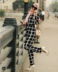 checked jumpsuit-Comfy casual hijab outfits – Just Trendy Girls Modern Hijab Fashion, Muslim Fashion, Modest Fashion, Women's Fashion Dresses, Casual Hijab Outfit, Hijab Chic, Edgy Outfits, Jumpsuit Hijab, Gilet Long