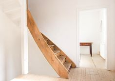 a gently curved staircase, fmm-architekten-wood-staircase-remodelista Interior Desing, Interior Architecture, Interior And Exterior, Style At Home, Curved Staircase, House Staircase, Spiral Staircases, Wooden Stairs, Timber House