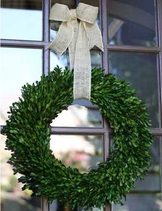 Watch the video and tutorial to transform boxwood sprigs into a gorgeous outdoor wreath. #wreath #DIY #tutorial