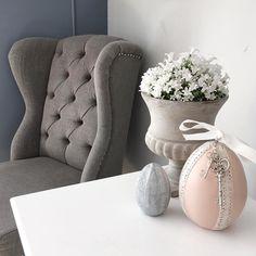 """#Repost @smeby_ryensverden  """"Påske er snart her. Hvem sier man må pynte med gult når det finnes så mye fint i rosa og sølv  Ny favoritt stol er endelig på plass...."""". #Classicliving  #vårfølese #favorittstol #påskerundthjørnet #interior123 #interior125 #interior4you1 #ninterior #finehjem #vakrehjem #shabbyyhome #unike_hjem"""
