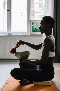 Meditation Benefits, Yoga Meditation, Bath Benefits, Woman Singing, Sound Bath, Sound Healing, Alternative Therapies, Feeling Stressed, Mind Body Soul