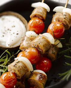 Deze heerlijke spiesjes van boerenworst zijn ideaal als lunch, hapje of voorgerecht. Lekker in combinatie met de kerstomaatjes, ui en rozemarijn.