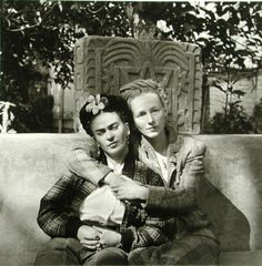 Diego Rivera :: Frida Kahlo with friend and fellow artist Emmy Lou Packard, Coyoacan, 1941 Diego Rivera, Frida E Diego, Frida Art, Natalie Clifford Barney, Vintage Lesbian, Vintage Couples, Mexican Artists, Latino Artists, Mexico City