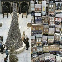 维多利亚与阿尔伯特博物馆,英国艺术家 Barnaby Barford 的装置作品「巴比伦通天塔」The Tower of Babel 正在展出,伦敦 London。这座「通天塔」高6.5米,艺术家经过两年,骑着自行车探访了伦敦各个街区,拍摄超过6千张店铺的照片,通过高温将图像烧制3千个独立的陶瓷小屋模型搭建而成,每个小屋均以伦敦的一家店铺为原型。摄影师:Bettina Strenske