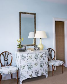 white chest of drawers, decorated with green plants decoupage, near two chairs with similar pattern, diy craft projects, large mirror and lamp Painted Furniture, Diy Furniture, Furniture Movers, Furniture Stores, Creation Deco, Diy Art Projects, Simple Projects, Spring Crafts, Flower Crafts