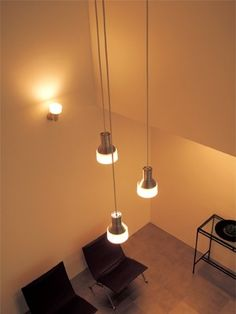 吹き抜けや階段の天井照明は、LED照明に交換リフォームすればメンテナンスが楽に。電球色のLEDペンダント(オーデリック)