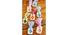 Πολύχρωμες κεραμικές καρφίτσες δεμένες με κουρελάκια.Μπορείτε να επιλέξετε το συνδιασμό χρωμάτων που σας αρέσει.Η τιμή είναι για το κάθε τεμάχιο.
