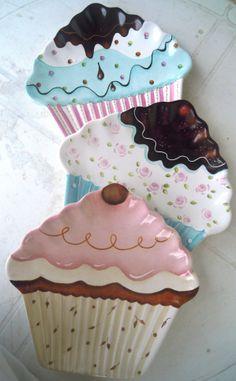 Cupcakes plates, so very cute. Ceramic Clay, Ceramic Painting, Ceramic Plates, Porcelain Ceramics, Ceramic Pottery, Cupcake Cookie Jar, Paper Cupcake, Cupcake Kitchen Decor, Kitchen Themes