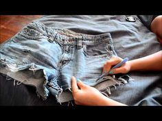 Distressed jeans 1 cutoffs clothin diy ripped jeans, diy shorts и diy cloth Diy Clothes Refashion, Diy Clothing, How To Rip Your Jeans, Jean Shorts Tutorial, Diy Ripped Jeans, Diy Fashion, Fashion Outfits, Diy Shorts, Diy Clothes Videos