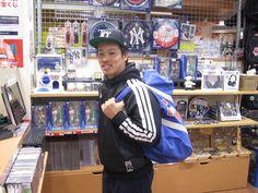 【大阪店】2014.12.24 大学でアメフトをやられているお客様に一枚撮らせて頂きました。味のあるミッチェル&ネスのバッグをガシガシ使い込んでくださいネ☆またのご来店お待ちしております。