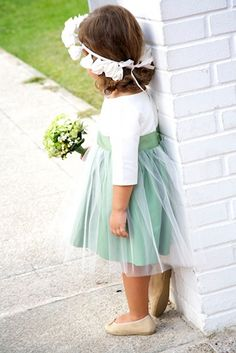 niña de arras con faldeta verde mensa y corona de flores