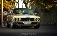 Uhrančivý pohled BMW M535i (E12), které nafotil magazín Stance Works. Doporučujeme zhlédnout celou galerii - http://www.stanceworks.com/2014/04/a-bavarian-hot-rod-ron-perrys-1979-3-9-liter-m30-powered-bmw-e12/.