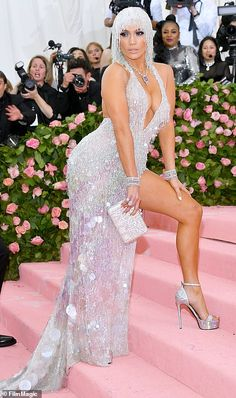 Jennifer Lopez looking gorgeous at the 2019 Met Gala red carpet in her custom Versace gown. Gala Dresses, Sexy Dresses, Kendall Et Kylie, Met Gala Outfits, J Lo Fashion, Versace Gown, Rachel Brosnahan, Leder Outfits, Plunge Dress