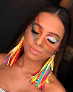Colorful carnival make-up with rainbow theme .- Buntes Karnevals-Make-up mit Regenbogenthema Colorful carnival makeup with rainbow theme # Make-up Carnaval - Makeup Inspo, Makeup Art, Makeup Inspiration, Beauty Makeup, Makeup Ideas, Make Carnaval, Costume Carnaval, Carnival Outfits, Carnival Makeup