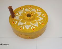 Thali Decoration Ideas, Diy Diwali Decorations, Wedding Stage Decorations, Flower Decorations, Wedding Chura, Indian Wedding Favors, Desi Wedding Decor, Coconut Decoration, Free Hand Rangoli Design