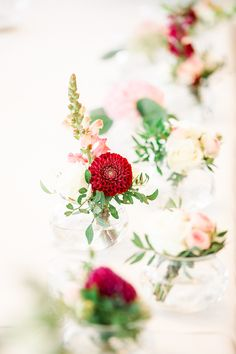 Simple but so beautiful wedding flowers decorations Wedding Flower Decorations, Wedding Flowers, Destination Wedding Photographer, Travel Around The World, Wedding Venues, Table Settings, Simple, Beautiful, Fotografia