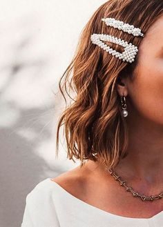 Love love love these pearl hair clips! Pearl barrettes are a must-have hair trend for 2019 Hair Barrettes, Hair Clips, Hair Inspo, Hair Inspiration, Fashion Inspiration, Hair Jewelry, Hair Necklace, Pearl Jewelry, Hair Trends