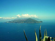 Blick vom Monte Tiberius im Nordosten von Capri, auf die Halbinsel von Sorent.  Der Ausblick und der schöne Weg dorthin, durch die Gärten von Capri Stadt, machen einen Besuch wirklich lohnenswert.……weiter unter: http://welt-sehenerleben.de/ #Capri #Italien #Urlaub #Nordsee