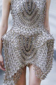 Iris Van Herpen Ready To Wear Spring Summer 2015 Paris // Empress of Style Fashion Details, Unique Fashion, Fashion Art, Fashion Design, Crazy Fashion, Iris Van Herpen, Silhouettes, Structured Fashion, Catwalk Fashion