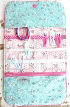 Interesting idea for storing barrettes, hairpins, and the like. Crochet Christmas Gifts, Crochet Gifts, Baby Couture, Couture Sewing, Sewing Hacks, Sewing Crafts, Sewing Projects, Sewing Tips, Hair Clip Organizer