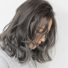 黒髪好きな人やお仕事上あまり明るく出来ない人には、暗めのダークグレージュを。立体感を出すために顔周りにだけハイライトを入れるのがオススメです。