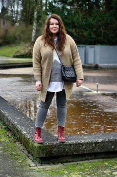 Große Größen Plus Size Fashion Blog beige cardigan, grey star pullover, grey skinny jeans, white shirt, red boots and a black quilted bag