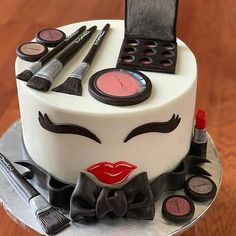 Tag a makeup lover. All edible and hand made. Makeup Birthday Cakes, 13 Birthday Cake, Birthday Cakes For Teens, Birthday Ideas, Buttercream Fondant, Fondant Cakes, Cupcake Cakes, Make Up Torte, Make Up Cake