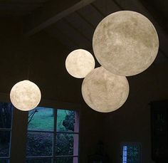 We all know that the moon is in fact a cold place far from the life of earth. But from the looks of this roundup, the moon is hot, hot, hot. For whatever reason, there are lots of out-of-this-world designs that incorporate the moon into the home: